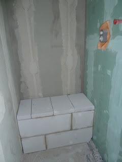 Das ist kein Plumpsklo - es ist die Sitzbank in der Dusche