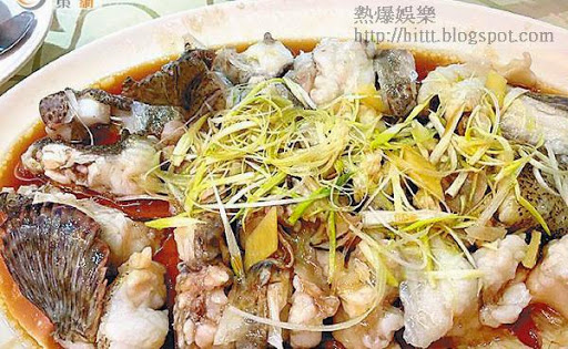 吳志雄在微博上載美食「清蒸切件金老虎」。