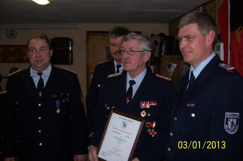 Klaus Höflich (Bildmitte) mit der Ernennungsurkunde zum Ehrenlöschzugführer (Bild: Fw-Verein Schönfeld für gemeinde-tantow.de)