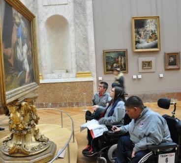 輪椅使用者參觀羅浮宮