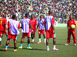 Echauffement avant match des joueurs de l'équipe nationale de la RDC le 11/10/2014 au stade Tata Raphaël lors du match contre les Eléphants de la Côte d'Ivoire (1-2). Radio Okapi/Ph. John Bompengo