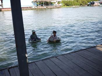 划臉盆在湖上逛的小朋友