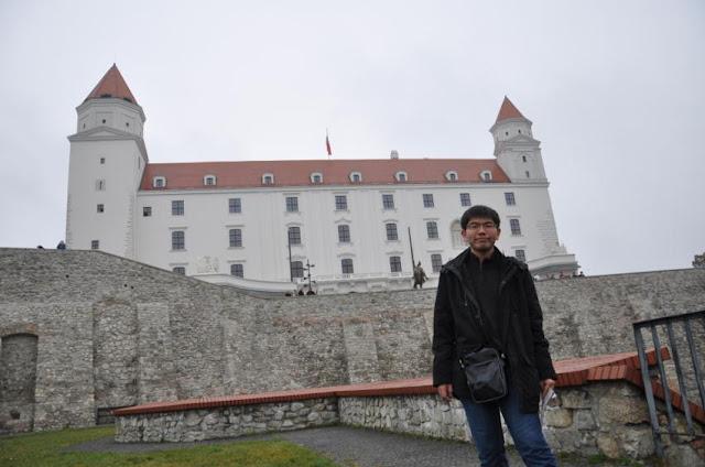 我與Bratislava castle(布拉提斯拉瓦城堡)!!