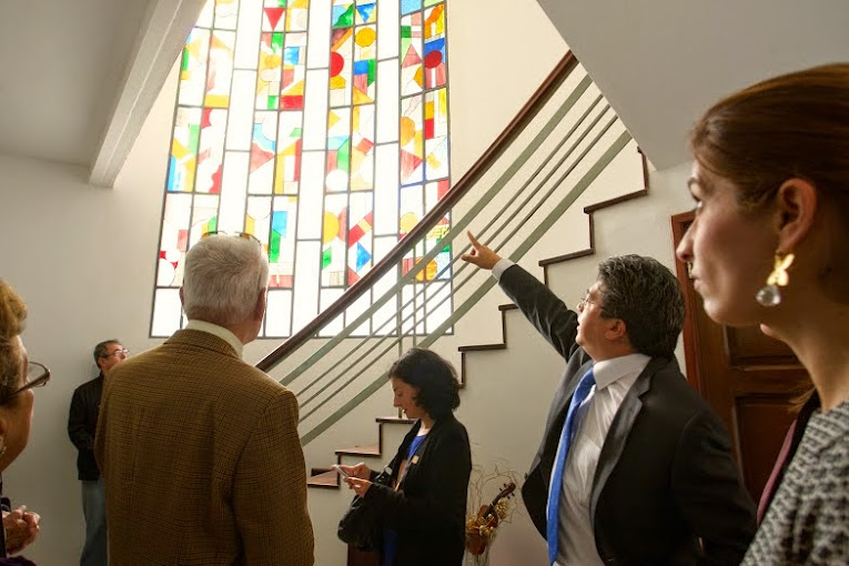 El maestro Valdemar Rodríguez realiza un recorrido por las instalaciones de la Quinta Marilinda con los representantes de la Fundación María Paula Alonso, mostrándole el espacio que se convertirá en la ampliación de la actual sede del Conservatorio Simón Bolívar