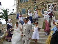 haie d'arceaux fleuris pour les mariés