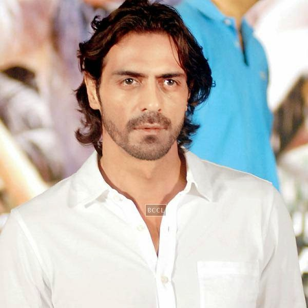 Arjun Rampal hurled abuses at a cameraman who had followed his car in order to click pictures of Sussanne Khan who was allegedly travelling in his car.