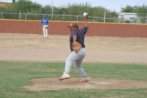 Mauro Linares de Piratas en el softbol sabatino