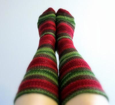Wedge -sukat ovat melkein polvipituiset