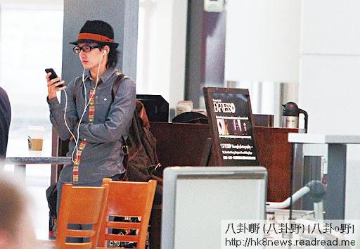 上月 27日, Kenny一個人由法國返港,一落機即刻係咁㩒電話向軒仔報平安。其實咁癡纏,點解唔一齊返嚟香港呢?