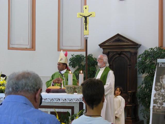 Mons. Fabien, vescovo di Morondava, e p. Italo Padovan, concelebrano nella chiesa di Fiorentina una S.ta Messa in ricordo di p. Sergio Sorgon (2011)