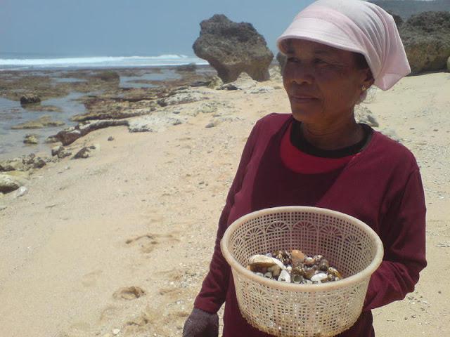 Pantai Watu Lawang - Mencari Cangkang Kerang