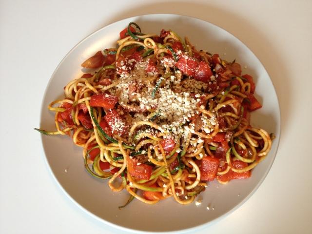 vegan and healthy zucchini spaghetti in paprika tomaten sauce mit cashew parmesan. Black Bedroom Furniture Sets. Home Design Ideas