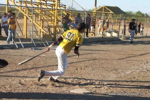 Luis A. Valle bateando por Piratas en el softbol sabatino