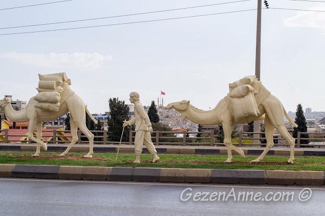 Zeugma müzesinin karşısındaki kervan heykelleri, Gaziantep