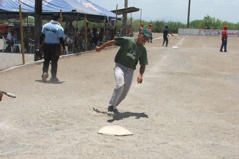 Jesús Ábrego de Águilas anotando en el softbol del Club Sertoma