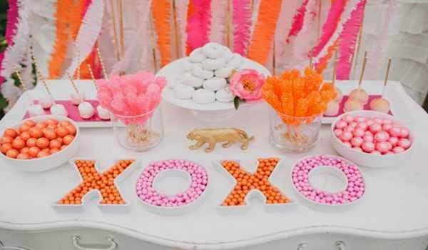 Uso de letras decorativas para el centro de emsa de una fiesta