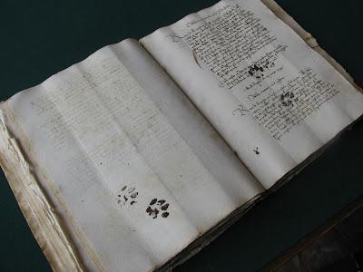 15世紀の古い文献に、猫さんの肉球の足跡が…