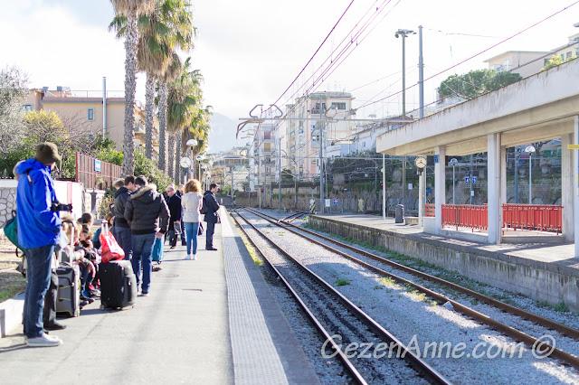 Sorrento istasyonunda tren beklerken