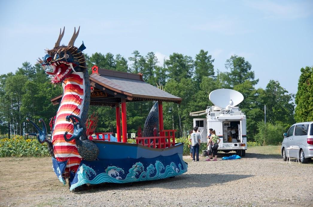 パラボラアンテナを広げた中継車(HBC北海道放送)