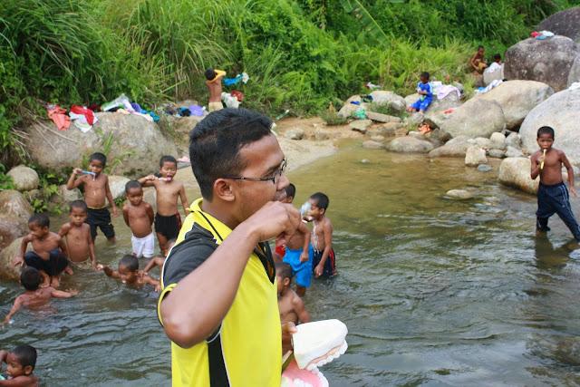 Gosok Gigi di Sungai