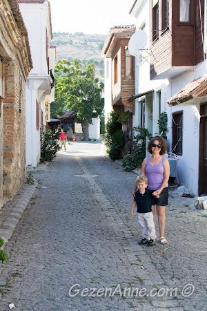 Bozcaada'nın taş sokaklarında dolaşırken