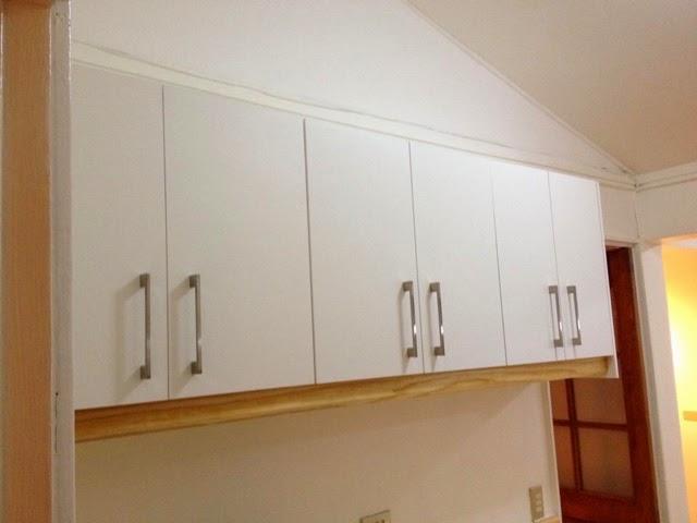 Muebles de cocina blancos con cubierta de pino for Muebles de cocina blancos