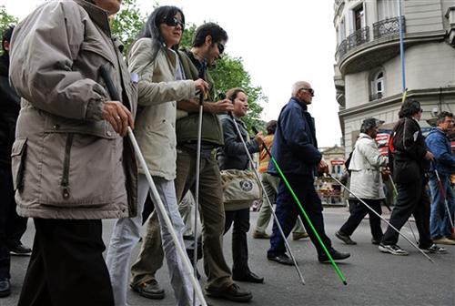 Resultado de imagen de personas ciegas