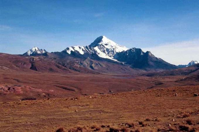 El nevado Huayna Potosí en El Alto, Bolivia