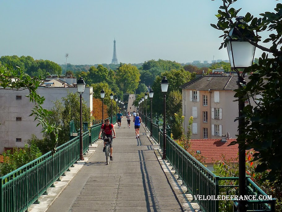 The Avre footbridge at Saint Cloud - Cycling guide from the Eiffel Tower to the Meudon Forest by veloiledefrance.com