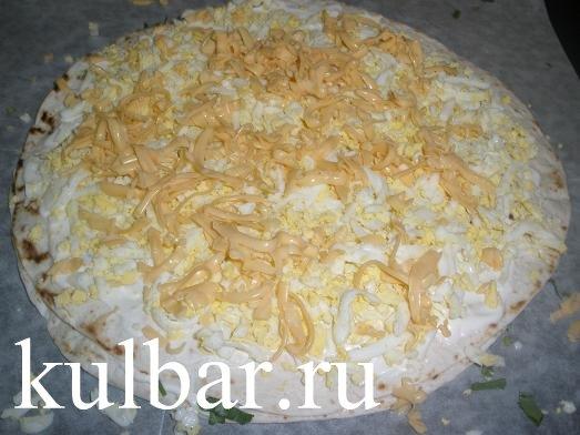 Рулет из лаваша - слой с яйцами и сыром