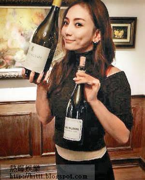 劉喬安上傳網絡私人照中包括手抱名酒的照片。(互聯網圖片)