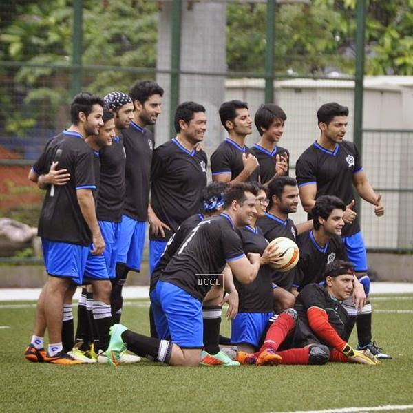 Abhishek Bachchan poses with his team during a charity soccer match organised by Aamir's daughter Ira Khan, at Cooperage ground, on July 20, 2014.(Pic: Viral Bhayani)