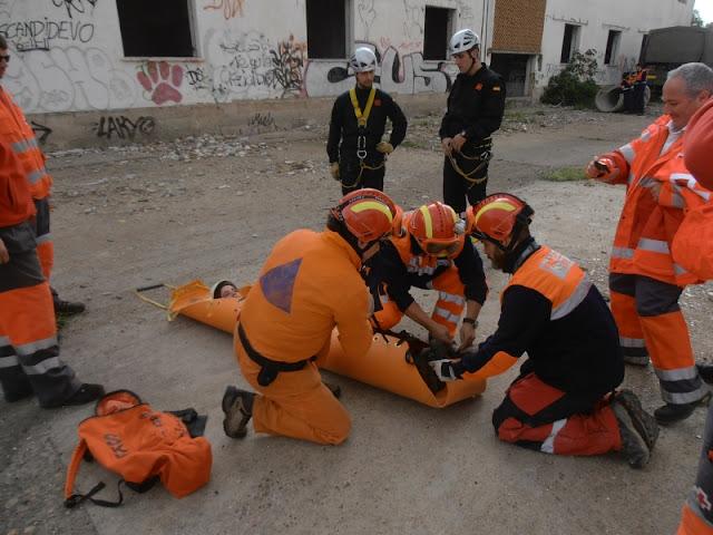 Mostrando a miembros de la UME y de Cruz Roja el uso de la camilla de rescate SKED