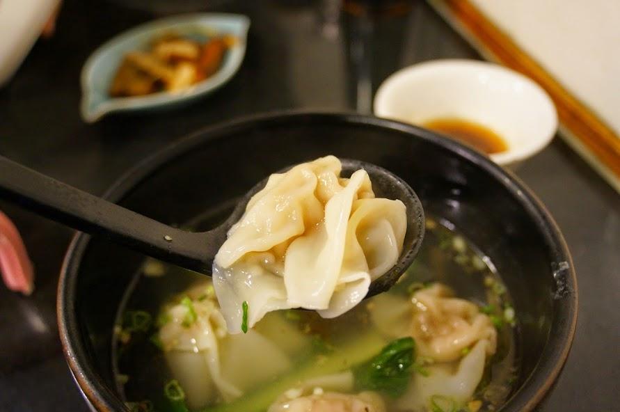 台北美食推薦-松山歐洲小酒館吃餛飩【餛飩舖子】