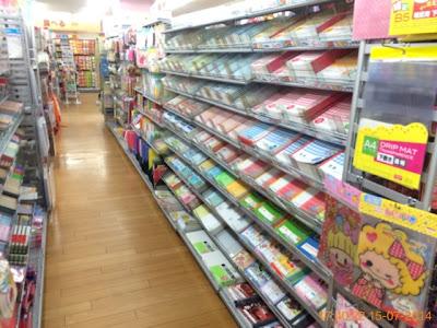 Khu bán đồ dùng học tập trong của hàng 100 Yên ở Nhật Bản