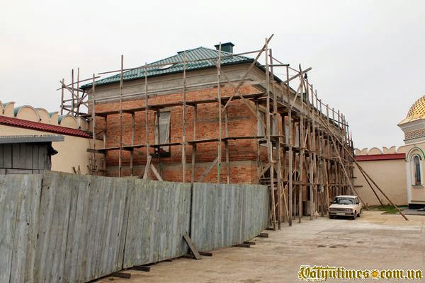 Цегляний самобуд на території пам'ятки - Межиріцького монастиря