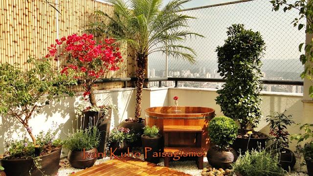 ofuro em jardim pequeno:Ivani Kubo Paisagismo: JARDIM EM COBERTURA DE APARTAMENTO