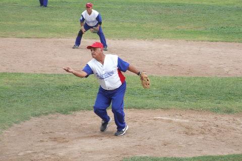 Julián Santos de Hipertensos en el softbol dominical de Bellavista