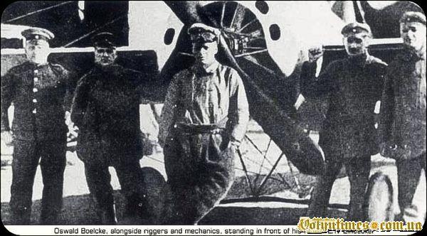 Освальд Бельке серед льотчиків своєї ескадрильї