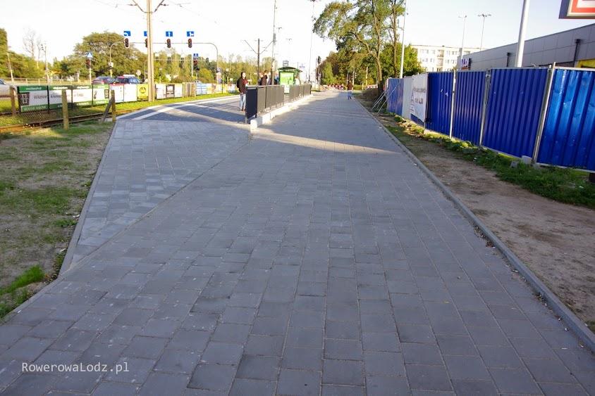 Niestety, przy okazji remontu peronów przystankowych po zachodniej stronie Traktorowej, nie pomyślano o rowerzystach.