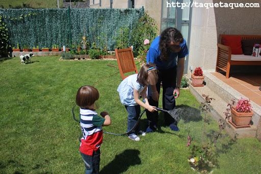 David, Paola y Borja regando las plantas del jardín (Santiago de Compostela)