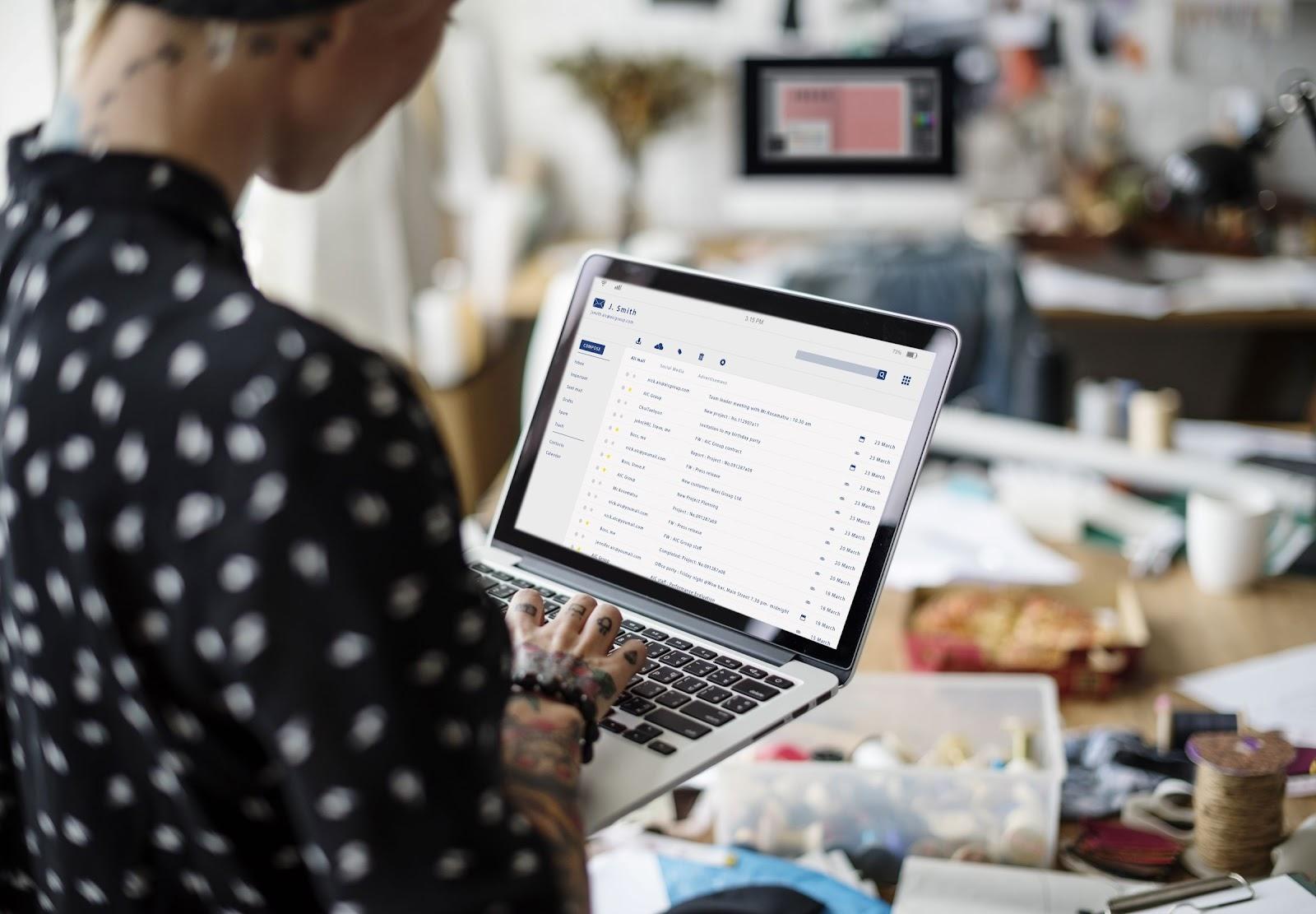 Foto de uma mulher mexendo em um notebook, demonstrando a importância do SDN.