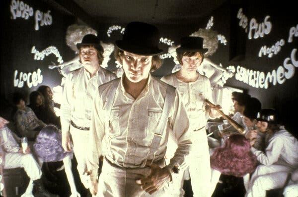 """Malcolm McDowell (ortada) ve Stanley Kubrick'in 1971 yapımı """"A Clockwork Orange"""" filmindeki kankaları."""
