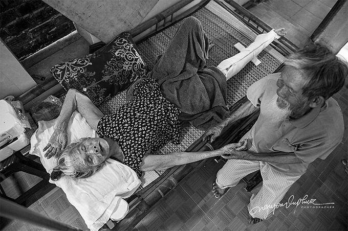 Một ngày nọ, bà Lợi bị trượt ngã và gãy chân. Bà phải nằm yên một chỗ và được ông Se cùng các con chăm sóc.