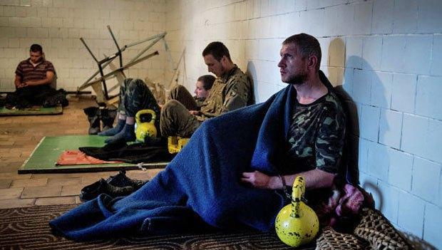 Українські військовополонені в штабі ополчення Луганська