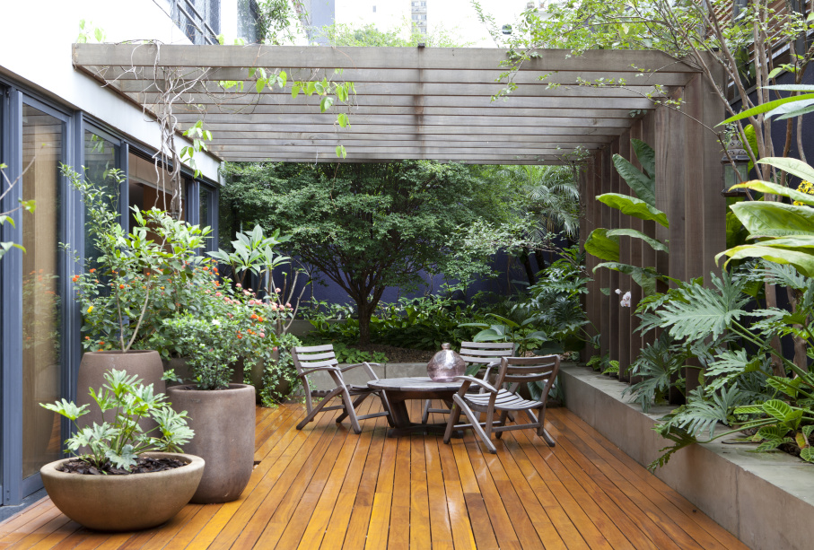 Área externa com deck de madeira