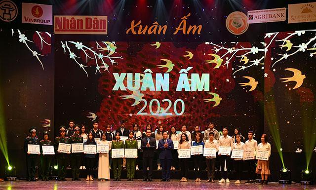 """Sinh viên Phân hiệu Đại học Thái Nguyên tại tỉnh Lào Cai tham dự  Chương trình  """" Xuân ấm 2020"""" mang Tết đến với người nghèo"""""""