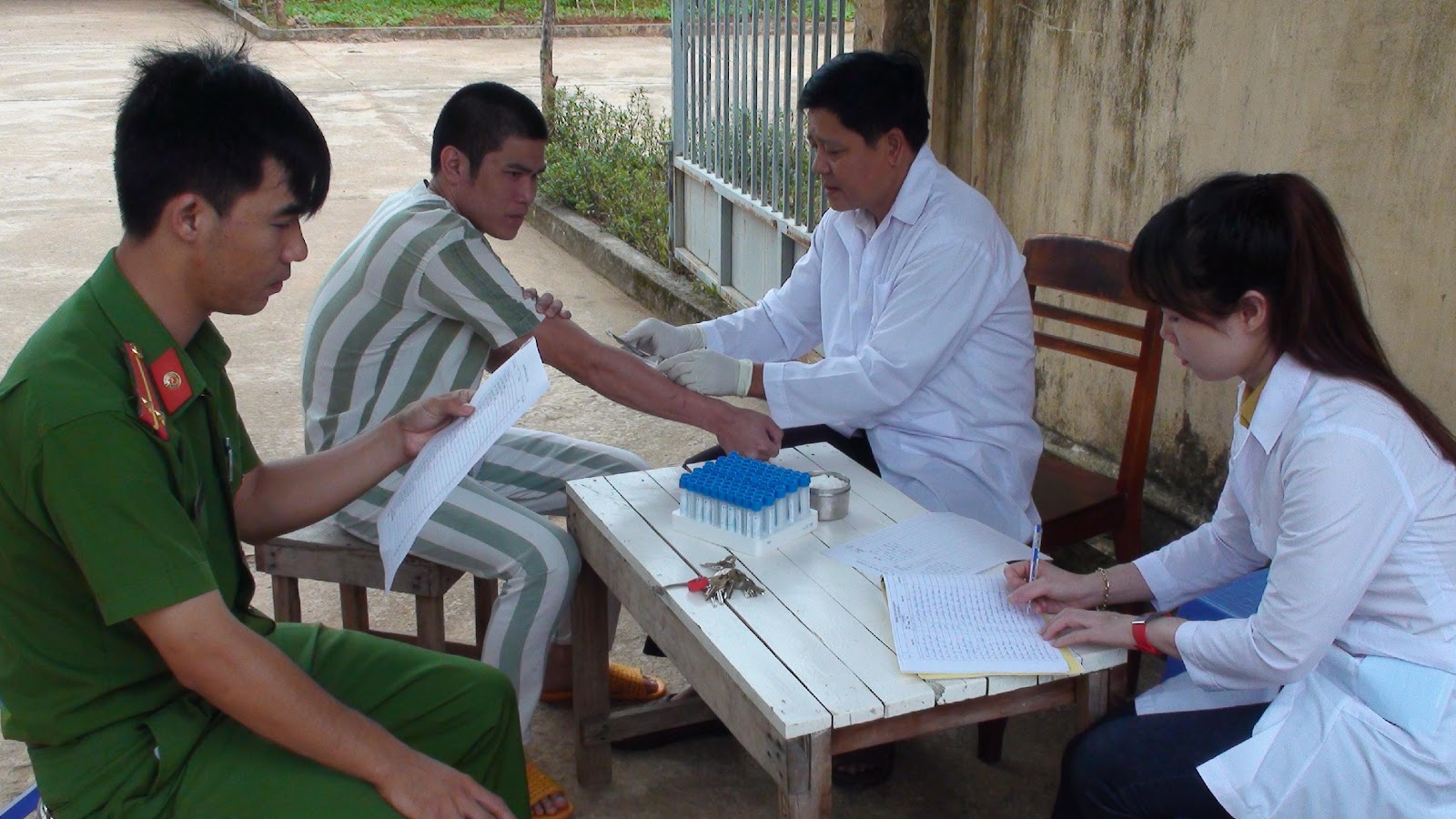 Lấy mẫu máu xét nghiệm bệnh xã hội cho can phạm nhân tại Trại tạm giam