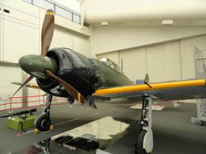 製造当時のエンジンを搭載し、世界で唯一、飛行可能な零戦(零式艦上戦闘機)の展示(所沢航空発祥記念館提供)=2013年4月【時事通信社】