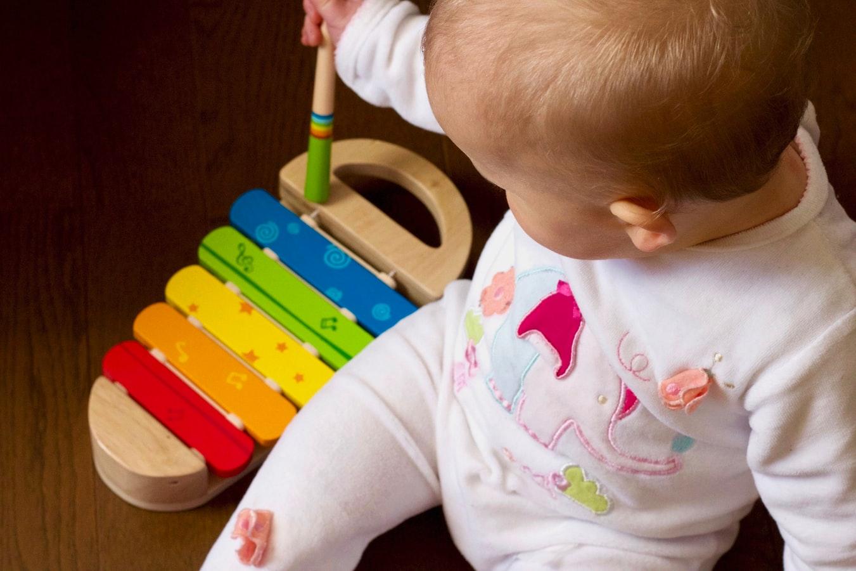 criança brincando com brinquedo educativo
